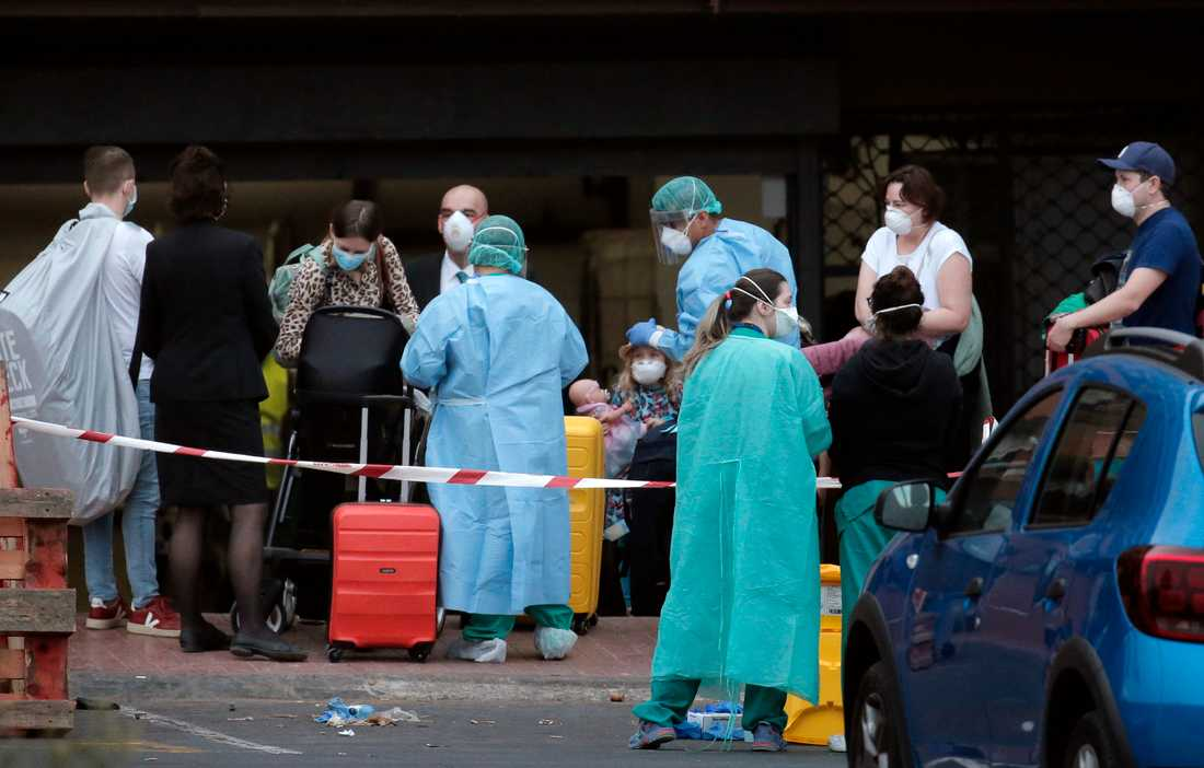 Ännu fler av de turister som sitter i karantän på hotell på den spanska kanarieön Teneriffa har börjat få åka hem. På bilden syns människor som fick lämna i fredags. Arkivbild.