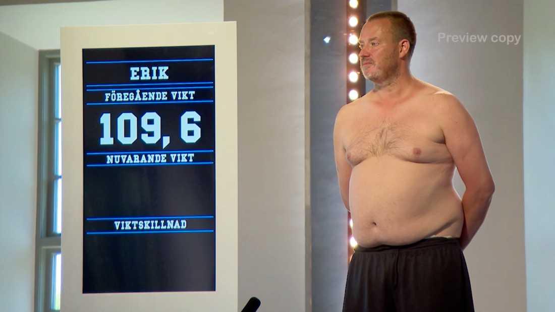 """""""Jag vill att så många fler ska få vara med om en sån här grej"""": Erik Hörstadius gråter när han ställer sig på vågen i """"Biggest loser VIP""""."""