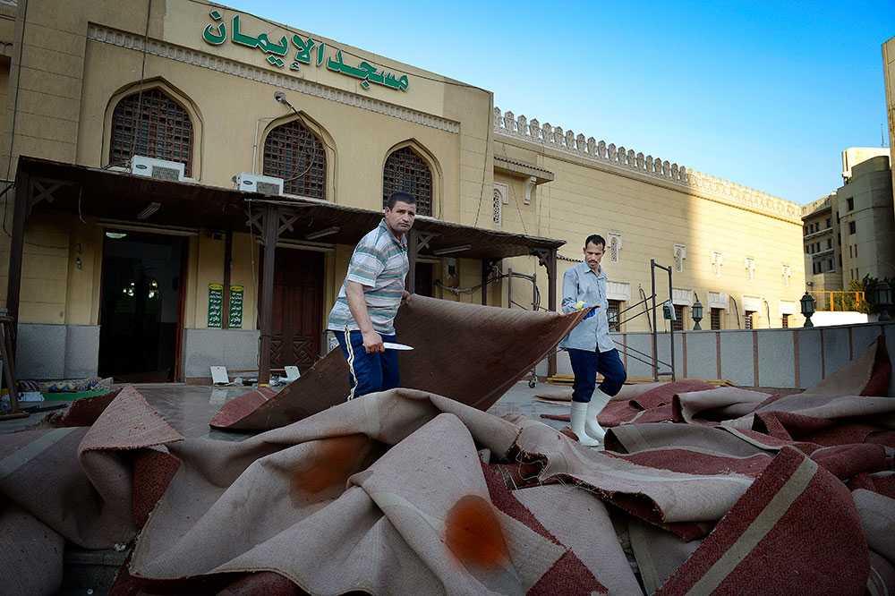 Far och son Mohamed Soud Mohamed (vänster) och sonen Aly Evis Aliy. Städar upp i moskén Al-imam.