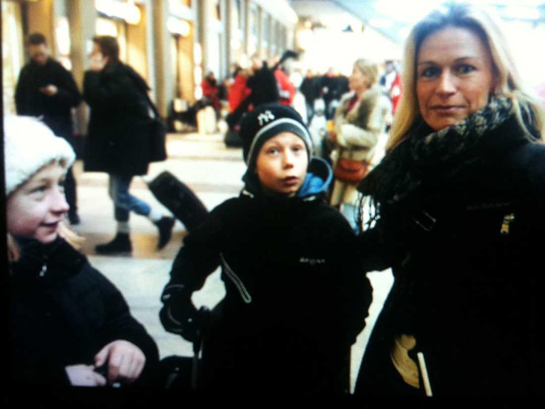 Linda Lidö med barnen Moa Mannervik och Hannes Mannervik på Stockholms Central.