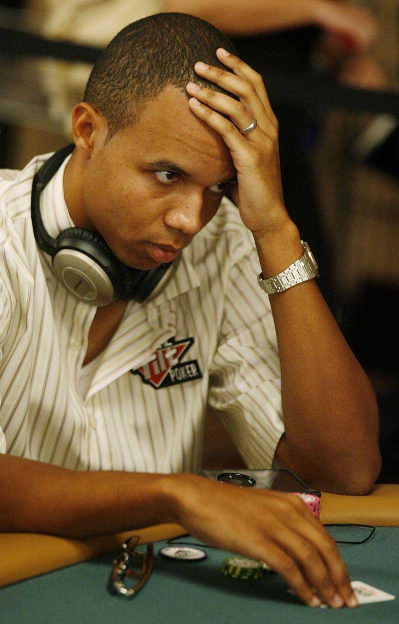 Man tar sig för pannan... Phil Ivey flippade bort 2,2 miljoner på en enda hand i omaha poker.