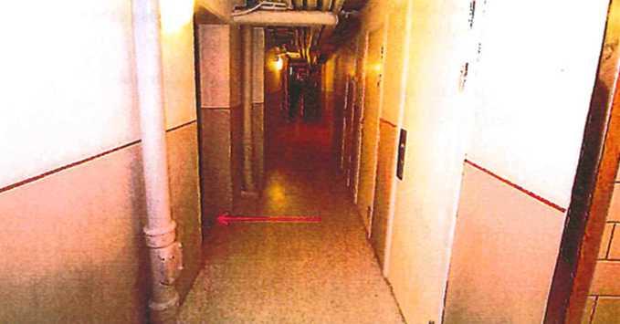 Kvinnan anmälde att hon blivit våldtagen av flera män i en trappuppgång i Fittja.
