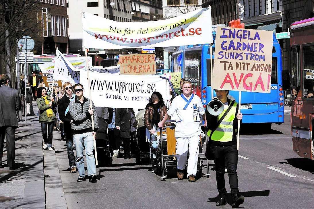 KRÄVER 5 000 KRONOR MER Missnöjda sjuksköterskor marscherade i Stockholm i går. 30000 personer har skrivit under Löneupprorets krav på 5000 kronor mer i månaden till sköterskorna. Det är mer än fackets krav på 1700 kronor mer i månaden i år och lika mycket mer nästa år.