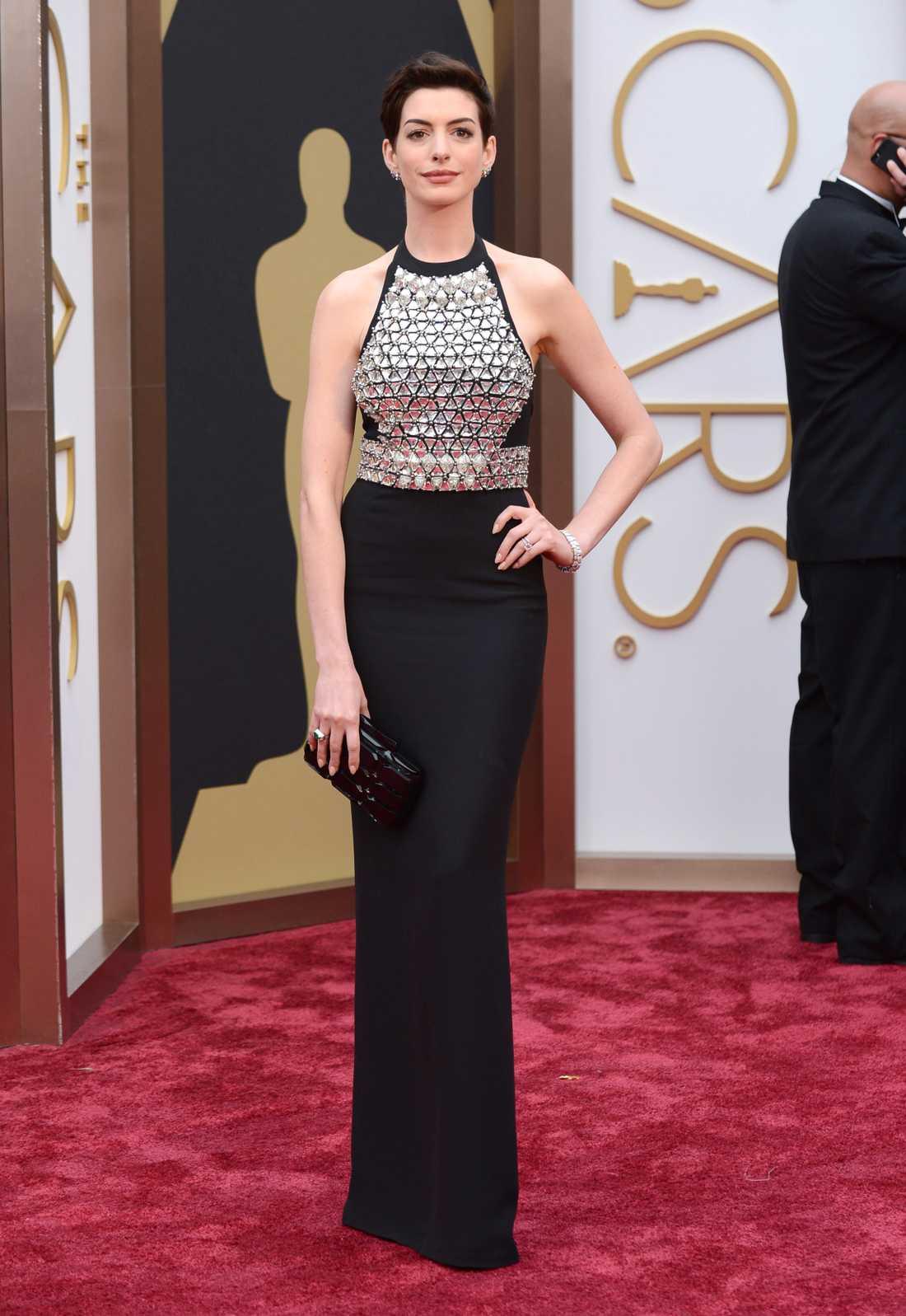 """++++ Anne Hathaway: """"Tuff brud! Inte den jag hade förväntat mig komma med brynja - oerhört uppfriskande. Jag tycker hon både ser svincool och elegant ut, en svår kombination att fixa. Gucci står för designen. """""""