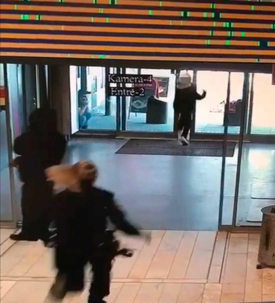 Samtidigt som de automatiska dörrarna håller på att slå igen springer mannen rakt in i dem.