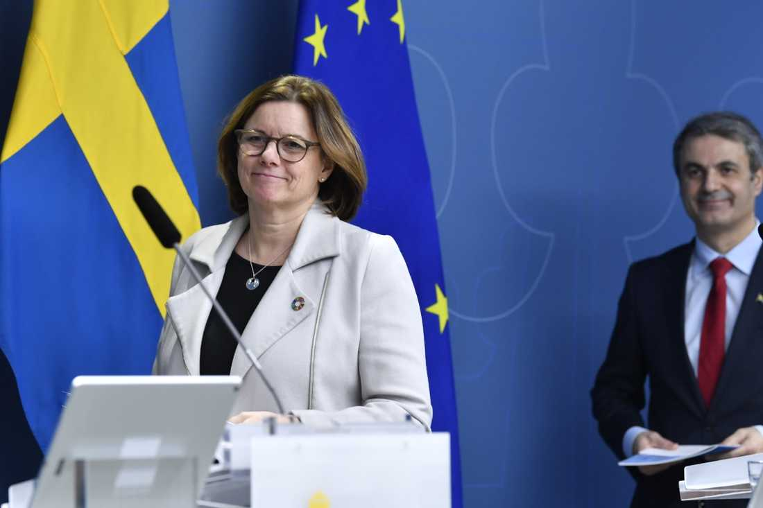 Miljö- och klimatminister Isabella Lövin (tv) och näringsminister Ibrahim Baylan(S) presenterar en handlingsplan för cirkulär ekonomi.