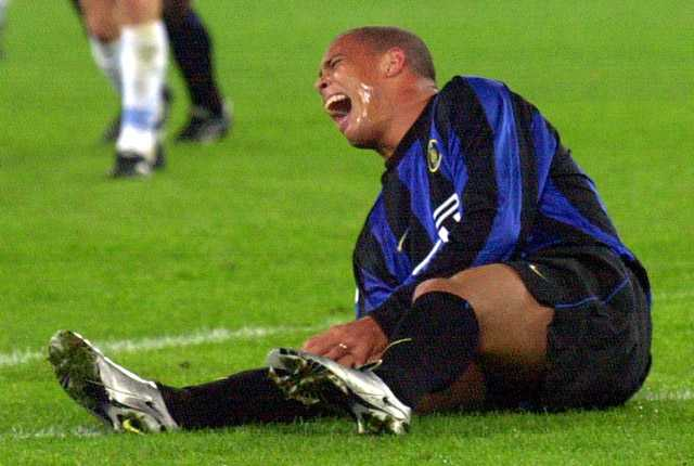 Det var i finalen mot Lazio i italienska cupen 12 april 2000 som olyckan var framme. Ronaldos ledband i det högra knät trasades sönder – hans tveklöst tyngsta motgång så långt.