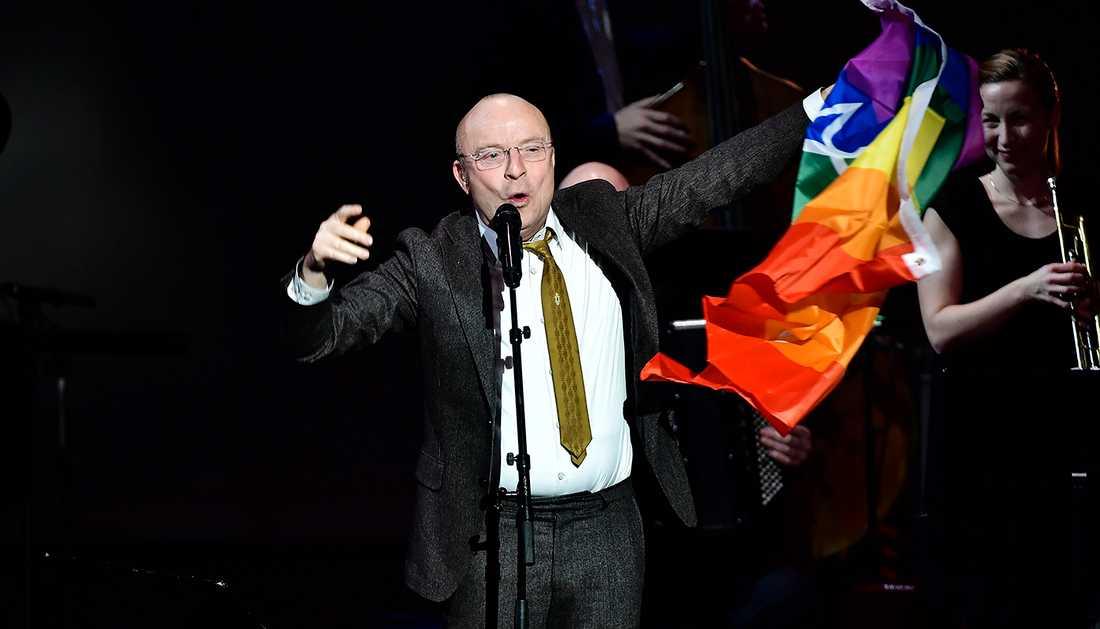 Jonas Gardell hade med sig en prideflagga till hyllningskonserten för Rikard Wolff.