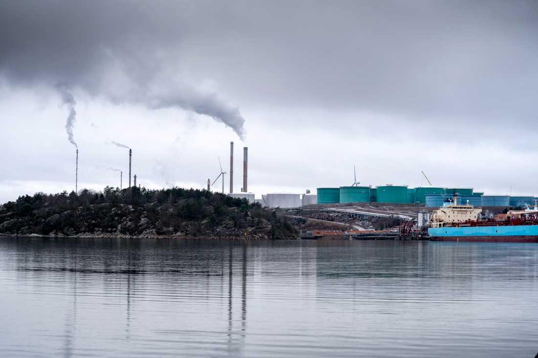 Mark- och miljööverdomstolen anser att Preems oljeraffinaderi i Lysekil bör få nytt miljötillstånd. Arkivbild.