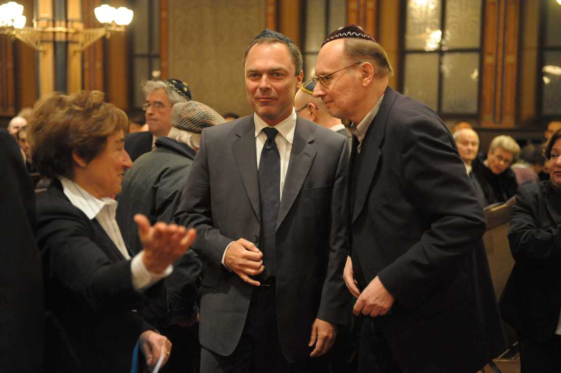 Per Ahlmark och Jan Björklund i synagogan i Stockholm då Judiska församlingen uppmärksammade Förintelsens dag den 27 januari 2008.