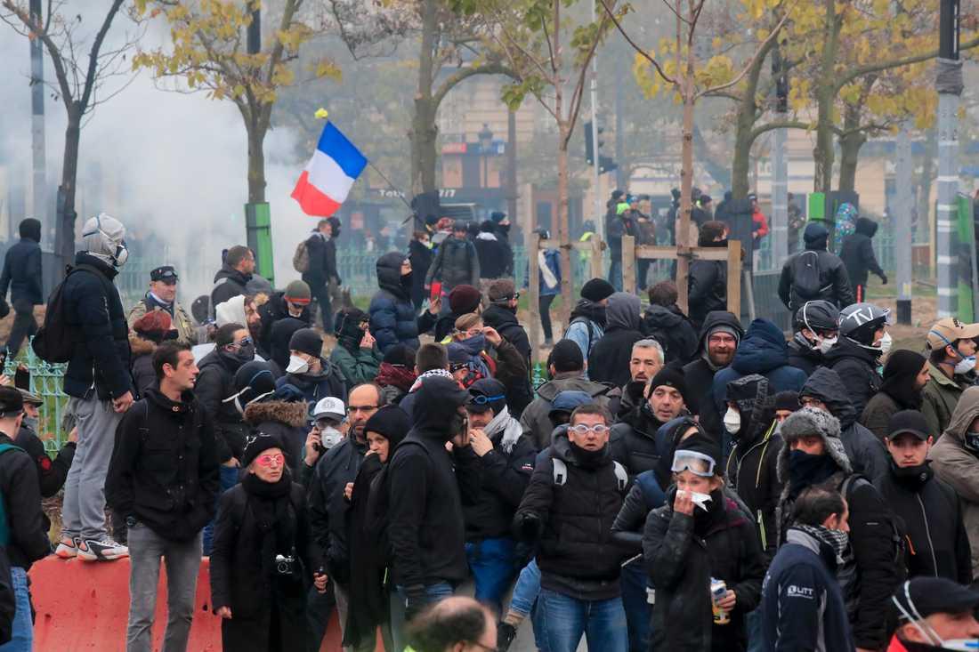 """Tårgas och vattenkanoner sattes in då rörelsen Gula västarna """"firade"""" sin ettårsdag i Frankrike i helgen."""