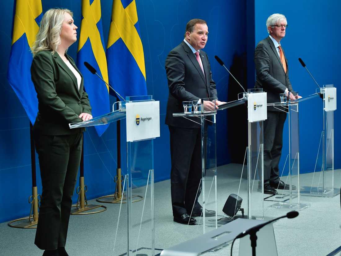 Socialminister Lena Hallengren (S), statsminister Stefan Löfven (S) och Johan Carlson, generaldirektör för folkhälsomyndigheten, håller pressträff.