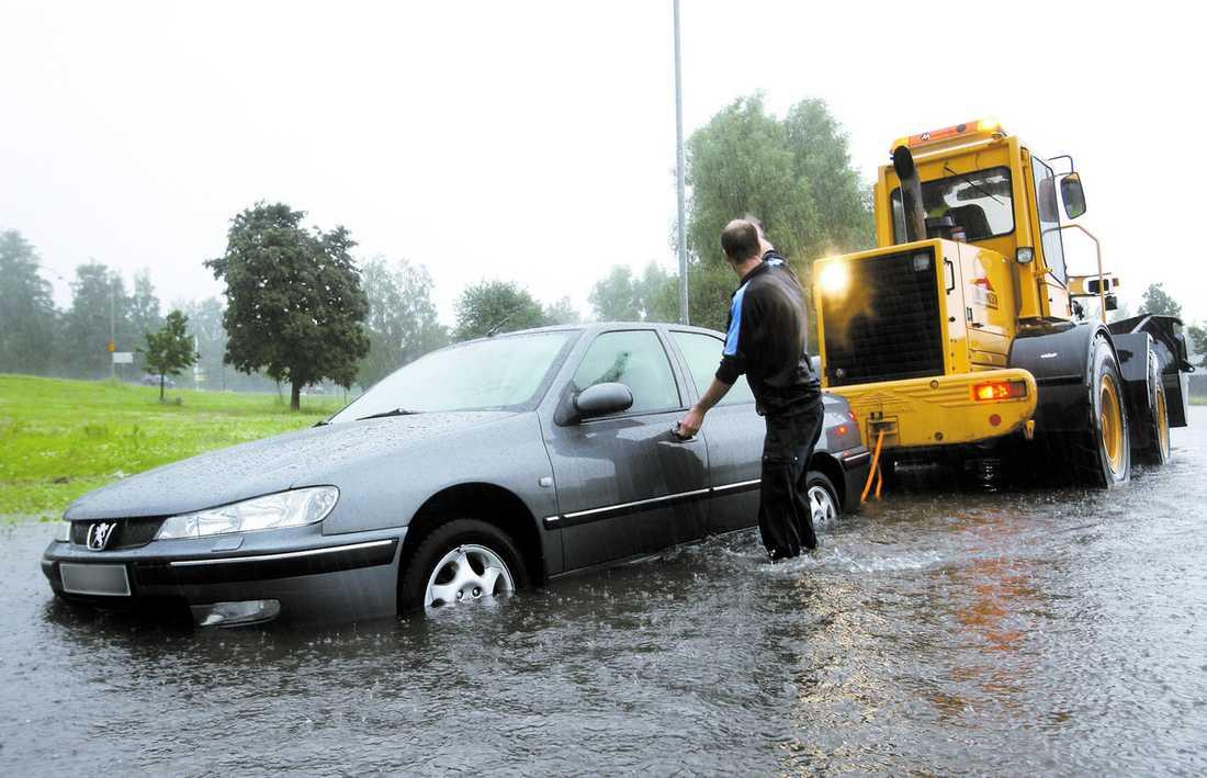 Borlänge Biltrafik blev helt omöjlig på många vägar i Borlänge i går. Trafikanter blev fångar i egna bilar och en förare tvingades ta sig ut genom sidorutan när vattnet var meterhögt.
