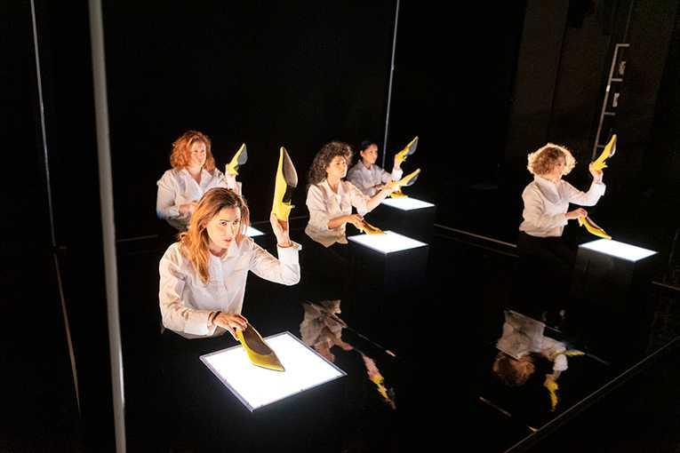 "Angelica Negin Radvolt, Sara Zommorodi, Bahareh Razekh Ahmadi, Oldoz Javidi och Kristina Issa i ""Upprorets poet"" på Göteborgs stadsteater."