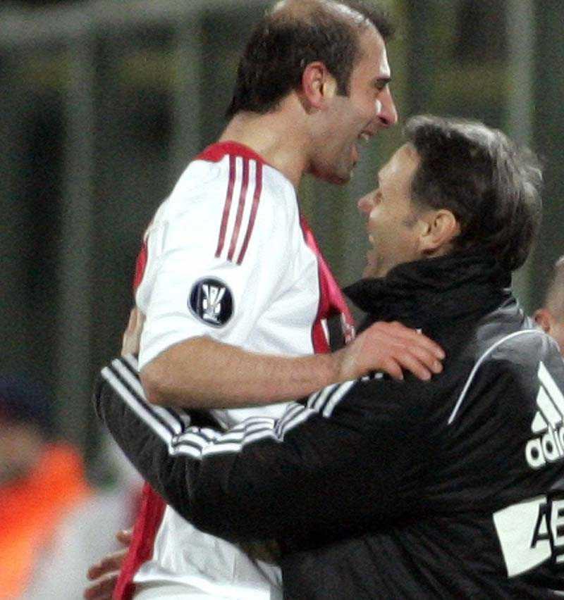 ...och sen blev det kramkalas med tränaren Marco van Basten.