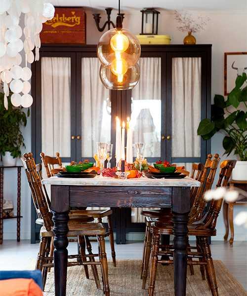 """En rejäl pjäs att samlas runt tronar i matsalen. """"Bordet var verkligen ett fynd, det kostade bara tvåhundra kronor. Jag har slipat ned det och lackbetsat benen för att få fin finish på det"""", säger Kristin."""