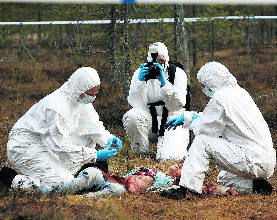 CSI ÖVERKALIX En kvinnokropp hittas ute i skogen. Men det är bara skådespelerskans huvud som är riktigt. Hennes kropp är nedgrävd i marken.