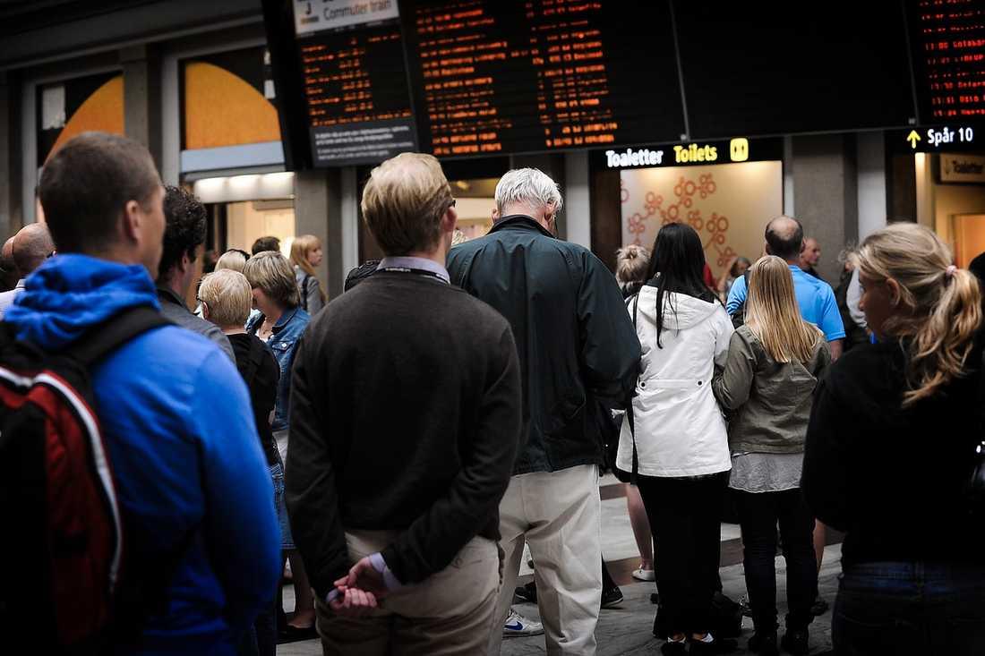 STOCKHOLM, 12.00 Sorlet på Centralstationen tystnade under en minut.