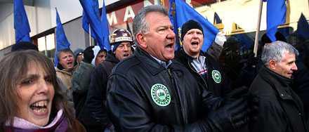 Anställda i bilindustrin demonstrerade i New York under måndagen.
