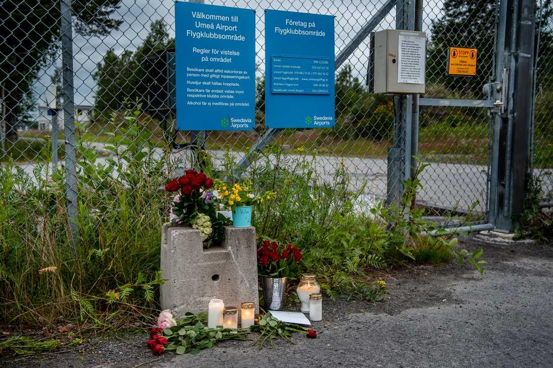 Minnesenhet har hittats efter flygkraschen på ön Storsandskär i Umeälven i Umeå i juli. Blommor och ljus utanför Fallskärmsklubben i Umeå dagen efter flygolyckan.