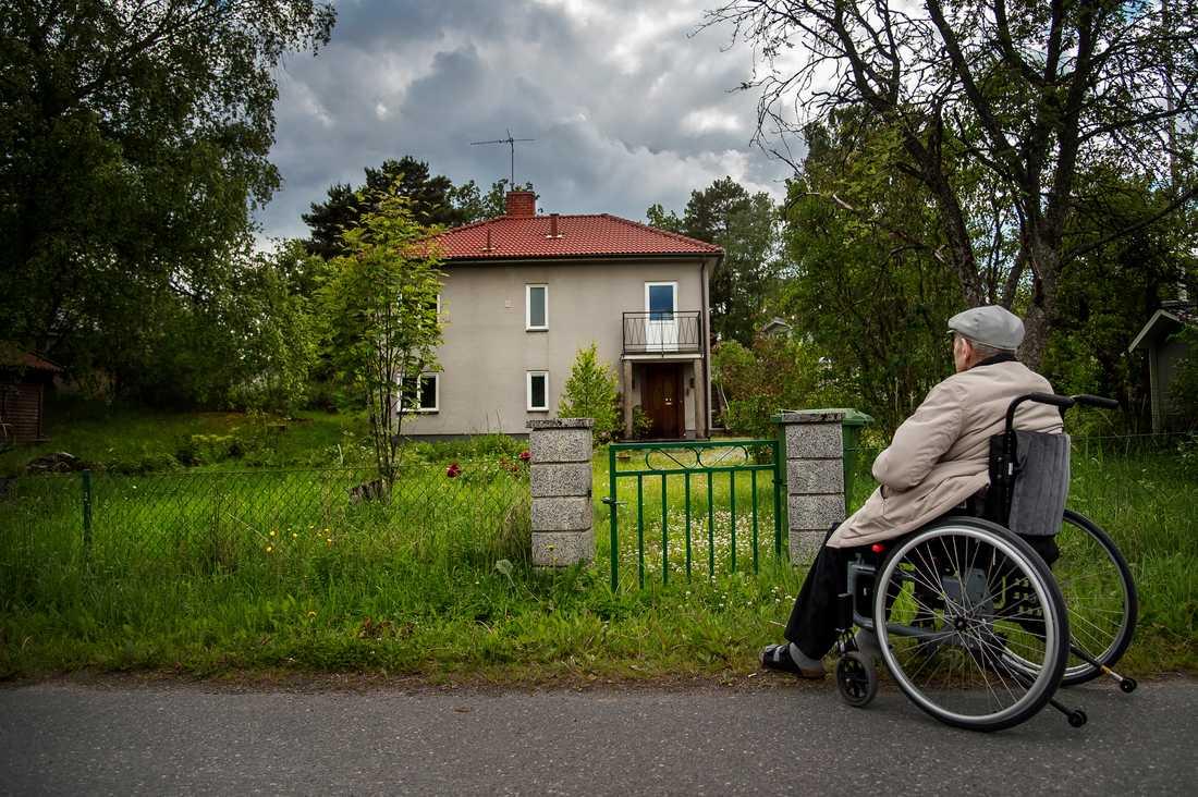 En bekant, som är polis, erbjöd sig att hjälpa Lars Borgström, 88, att sälja villan. Men han kontaktade aldrig mäklare. I stället stod plötsligt polismannen som ägare för huset – utan att Lars fått en krona.