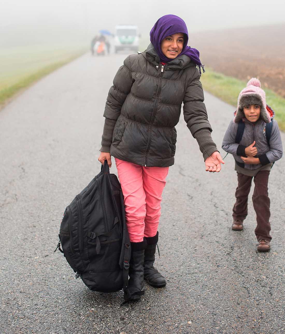 VAD BÖR SVERIGE GÖRA? Vi bör bygga kapacitet för att ta emot upp till 100000 asylsökande per år under de närmaste åren – och system för att se till att de som får stanna har bästa möjliga förutsättningar att komma in i det svenska samhället. Bilden visar flyktingar i Kollerschlag i Österrike, på väg mot Tyskland.