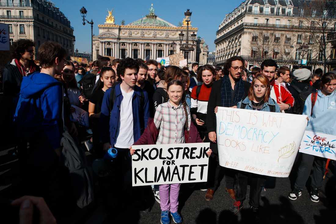 Greta Thunberg omgiven av franska klimataktivister i Paris.