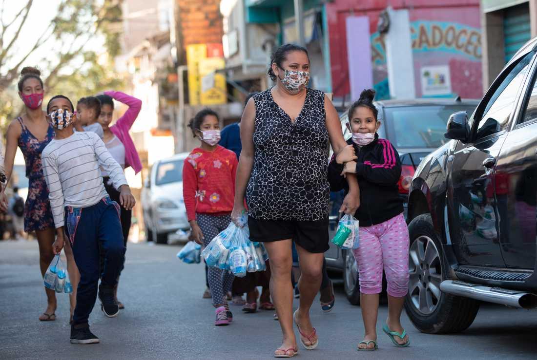 Boende i São Paulo har fått paket med tvättprodukter och munskydd av välgörenhetsorganisationer.