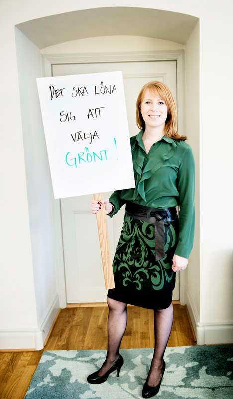 """Jag ogillar att kommentera kvinnors klädsel men i det här fallet förtar det budskapet på plakatet. Ska vi välja gröna kläder? Det är precis som Reinfeldts gröna ylletröja 2006 när han skulle snacka miljöpolitik, det blir lite """"too much""""."""
