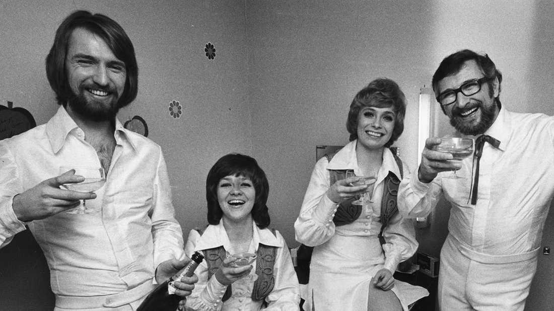 Family Four. Pierre Isacsson, Agneta Munther, Marie Bergman och Berndt Öst iskålar i champagne efter att ha vunnit den svenska Melodifestivalen för andra året i rad.