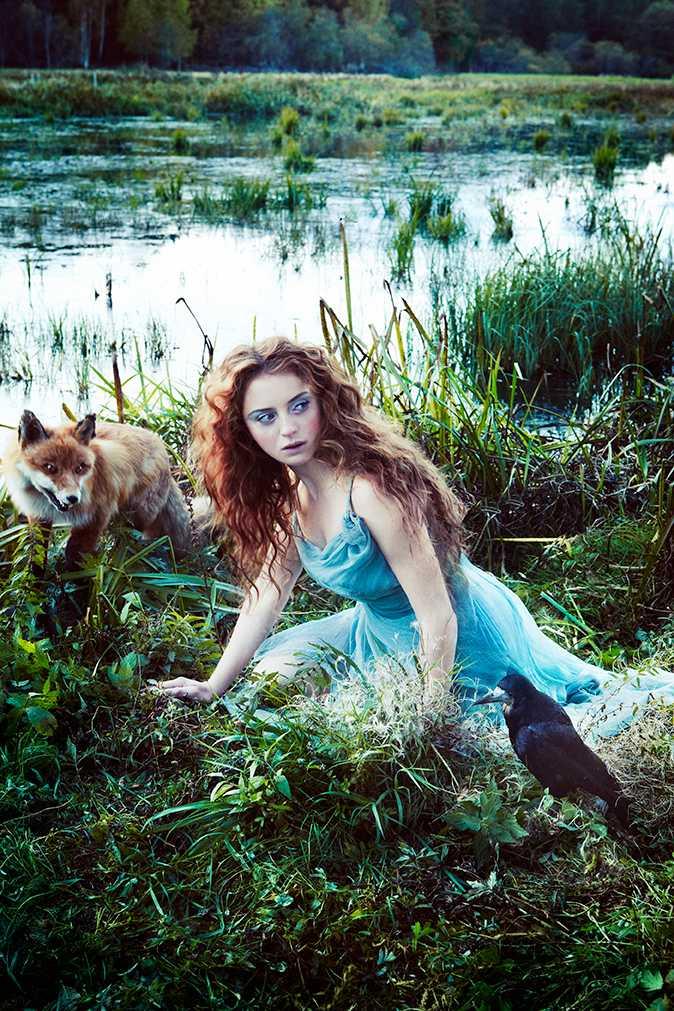 Juni - Happy Jankell Skogsrået har sökt sig till den halvt igenväxta tjärnen för att dricka i skymningen. Hon finns, mellan dröm och vakenhet, mellan gud och djävul, natur och onatur, människa och djur, kropp och själ, verkligt och overkligt. Räven följer henne i spåren. Korpen vakar över henne.