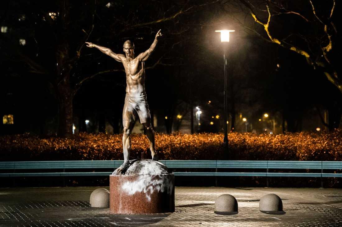 På onsdagskvällen blev statyn utsatt för vandalism, där ett rasistiskt budskap även klottrades ner.