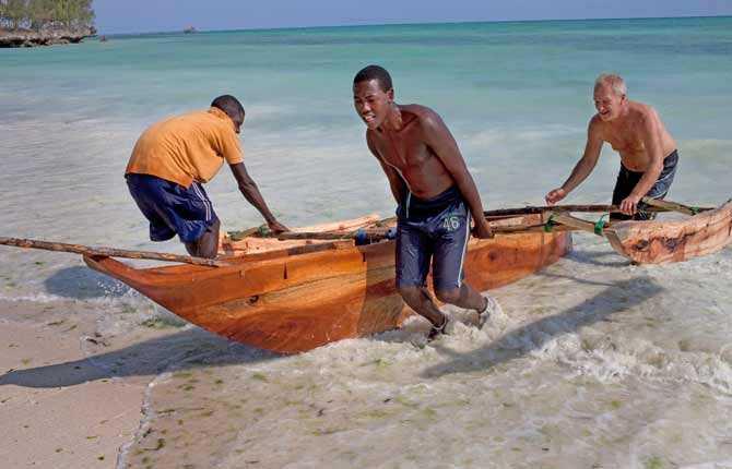 Det är en konst att manövrera den traditionella zanzibariska båttypen som används i kustfisket. Den svenske hotellägaren Jan Kastner är nybörjare.