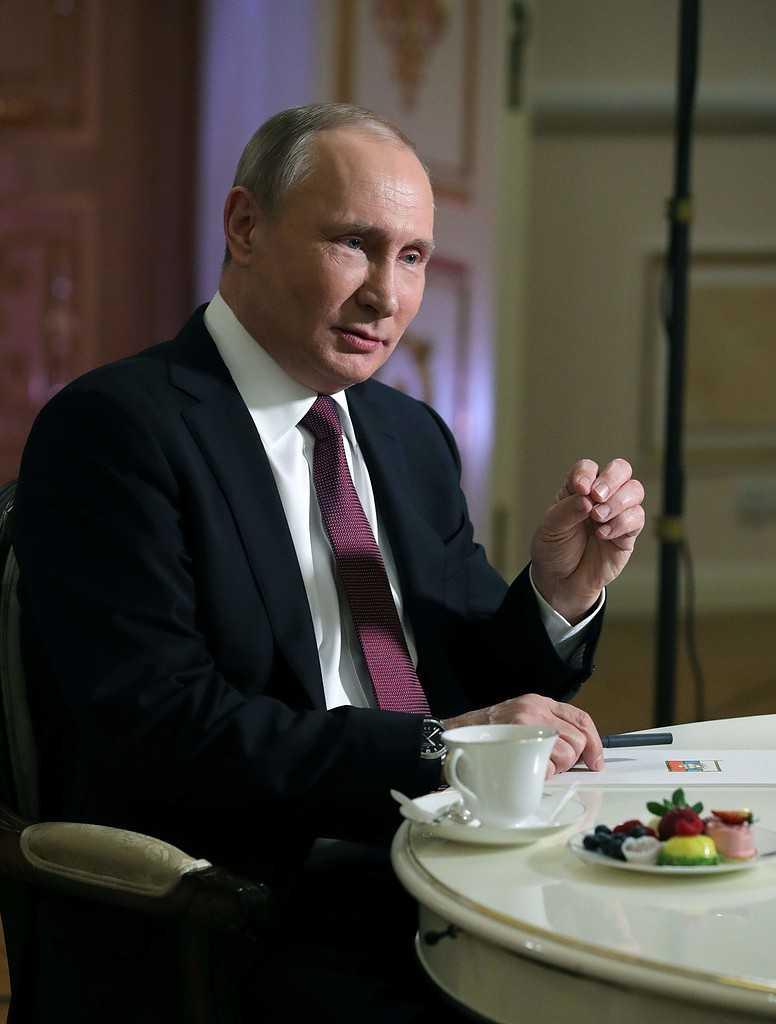"""""""Kan någon verkligen tror att Ryssland, tusentals mil bort, kan påverka valresultatet?"""" säger Putin."""