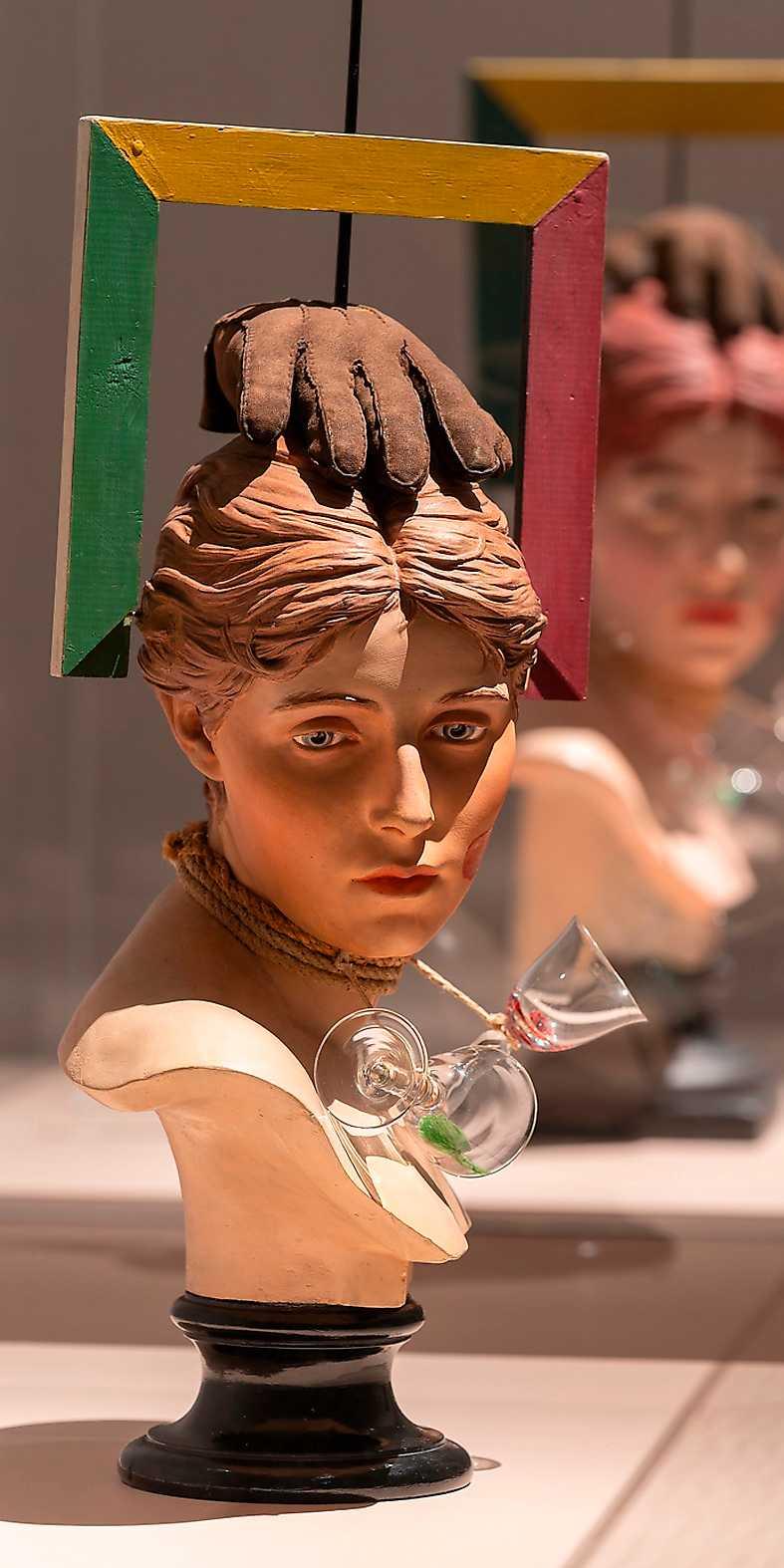 """""""Sex-Paralysappeal"""", 1936 och 1961 (i bakgrunden). Gips, trä, glas, mocka, färg."""