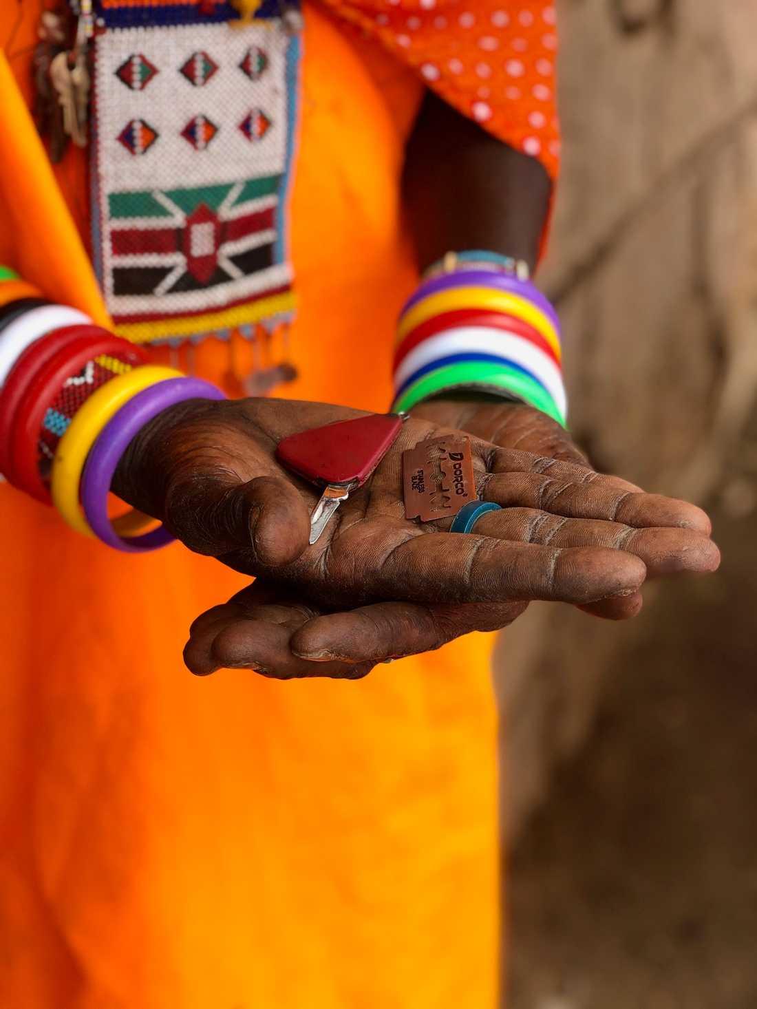 Könsstympningarna utförs oftast med redskap från hushållet och utan någon som helst bedövning. Här en fickkniv och ett rakblad som använts vid ingreppet.