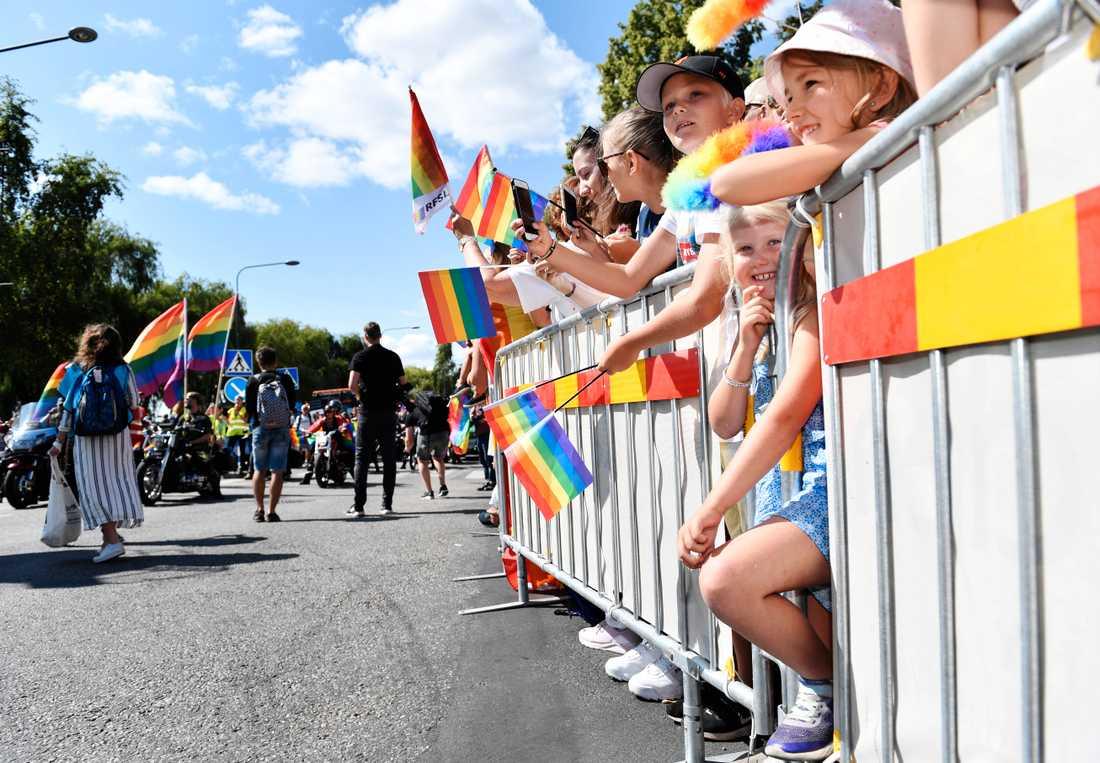 Fullt av åskådare längs paradens väg, som går från Stadshuset på Kungsholmen till Östermalms IP.