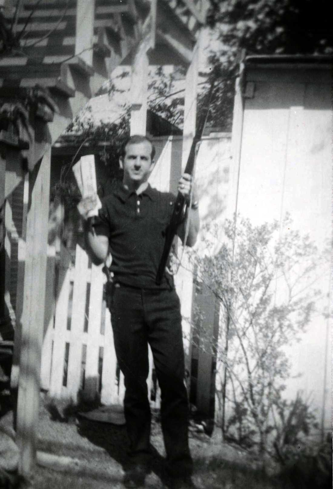 Lee Harvey Oswald poserar med ett vapen på en odaterad arkivbild.
