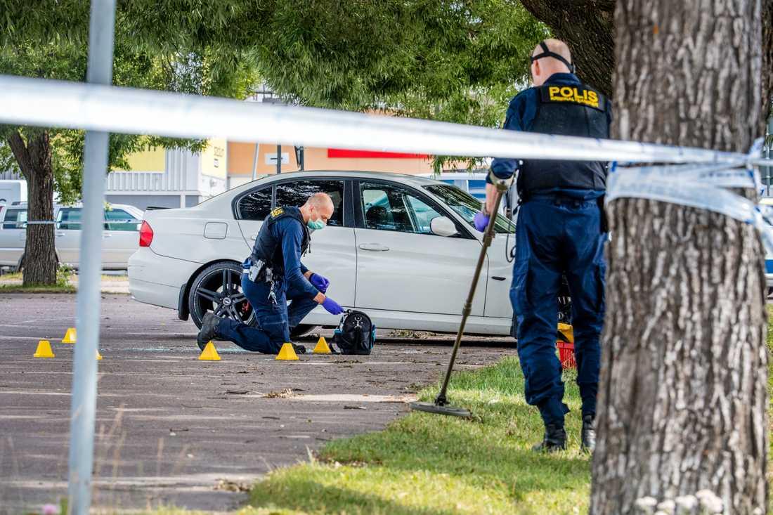 En man sköts ihjäl i Borlänge i måndags och en annan man knivskars svårt.
