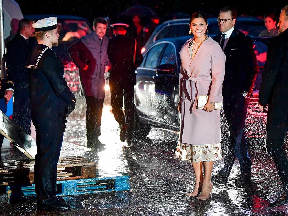 Sveriges kronprinsessan Victoria och prins Daniel anländer till en mottagning på HMS Nyköping i Köpenhamn.