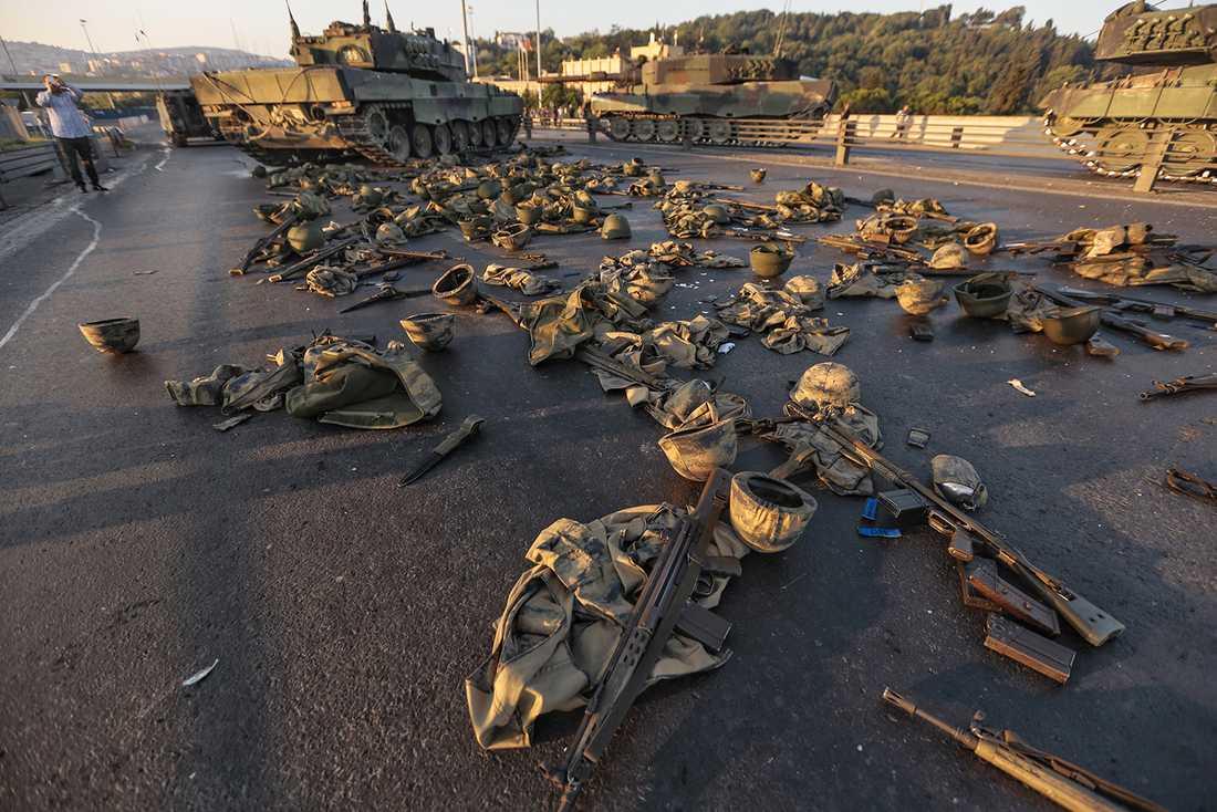 Soldaternas kvarlämnade utrustning efter att de gav upp.