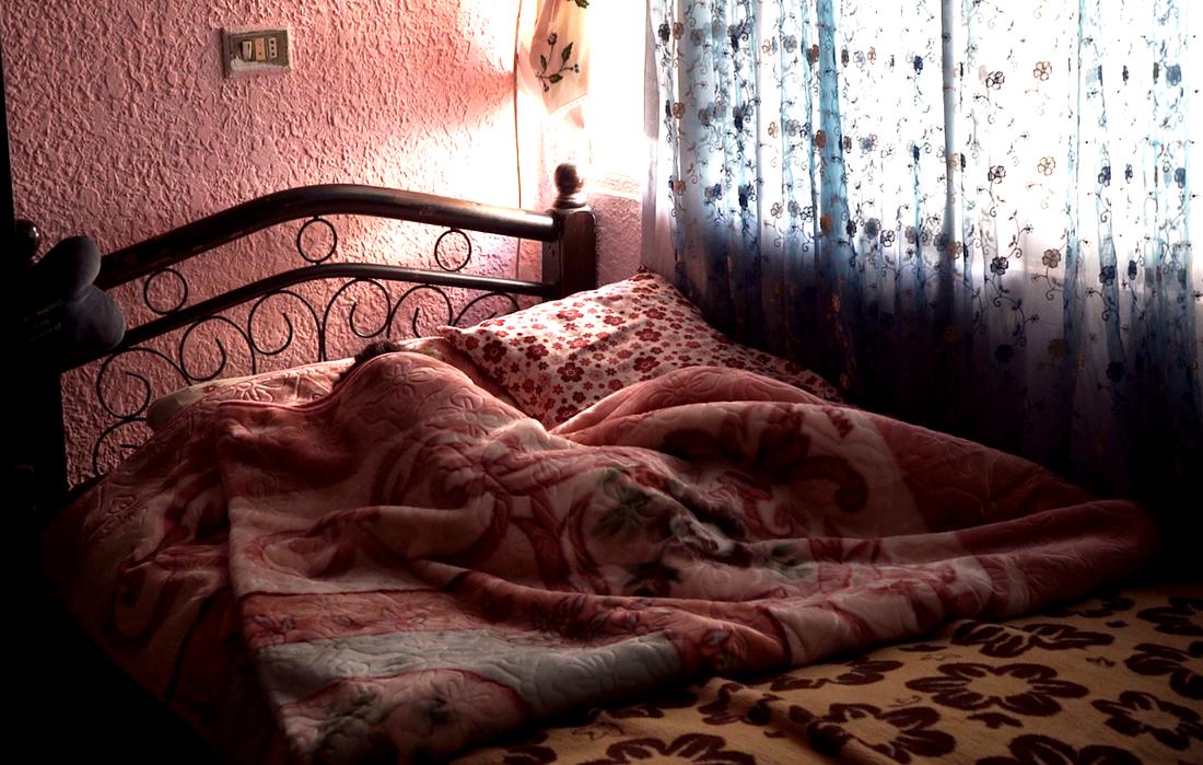 Jana, 4 år, sover i en av familjens två sängar.