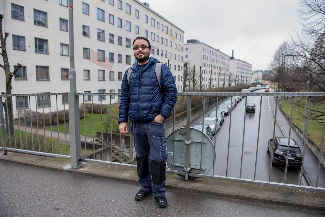 Adnan Jamil berättar att Socialdemokraterna sprider mycket information i Skärholmen.