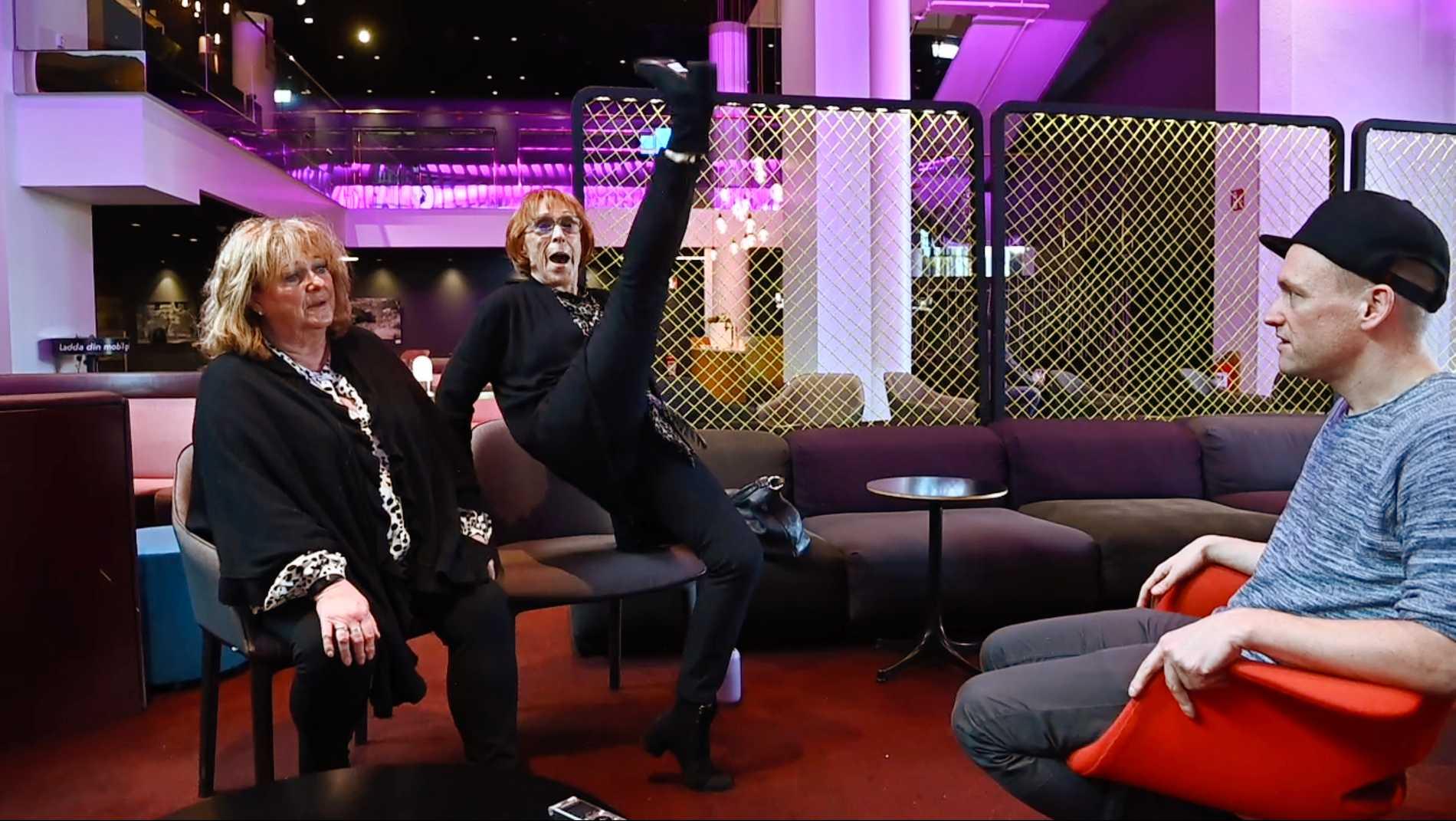 Eva Rydberg slänger ledigt upp benet rakt upp i luften i en spark inför Aftonbladets förvånade reporter Tobbe Ek