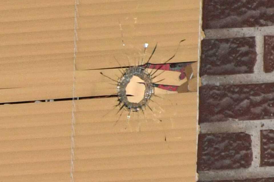 Kulan gick igenom ett fönster.