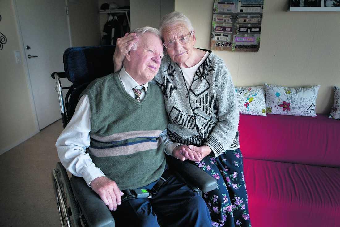 """hälsar på varje dag Per-Erik är för sjuk för att bo hemma och Birgit för frisk för att få bo på ett äldreboende. Därför tvingas de bo isär, och Birgit tar varje dag färdtjänsten för att få hälsa på sin make. """"Det gör så ont i hjärtat"""", säger hon."""