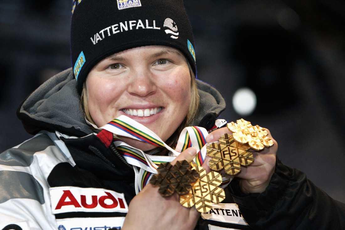 2006/2007 Efter en lång och jobbig rehabilitering kom Anja tillbaka efter knäoperationen. Men förutom två tredjeplatser i störtlopp kantades comebacken efter skadan mest av misslyckanden. Frågan var om toppformen skulle infinna sig innan hemma-VM i Åre. Det gjorde den. Anja, som inte hade vunnit en enda världscuptävling under säsongen, tog storslam med guld i de tre första tävlingarna super-G, kombination och störtlopp. Det blev även ett brons i slalom och en silvermedalj i lagtävlingen, vilket gjorde Anja till den första åkaren som tagit VM-guld i alla fem discipliner. Efter sitt suveräna mästerskap fick Pärson återigen bragdguldet och blev med det den första som fått det två år i rad.