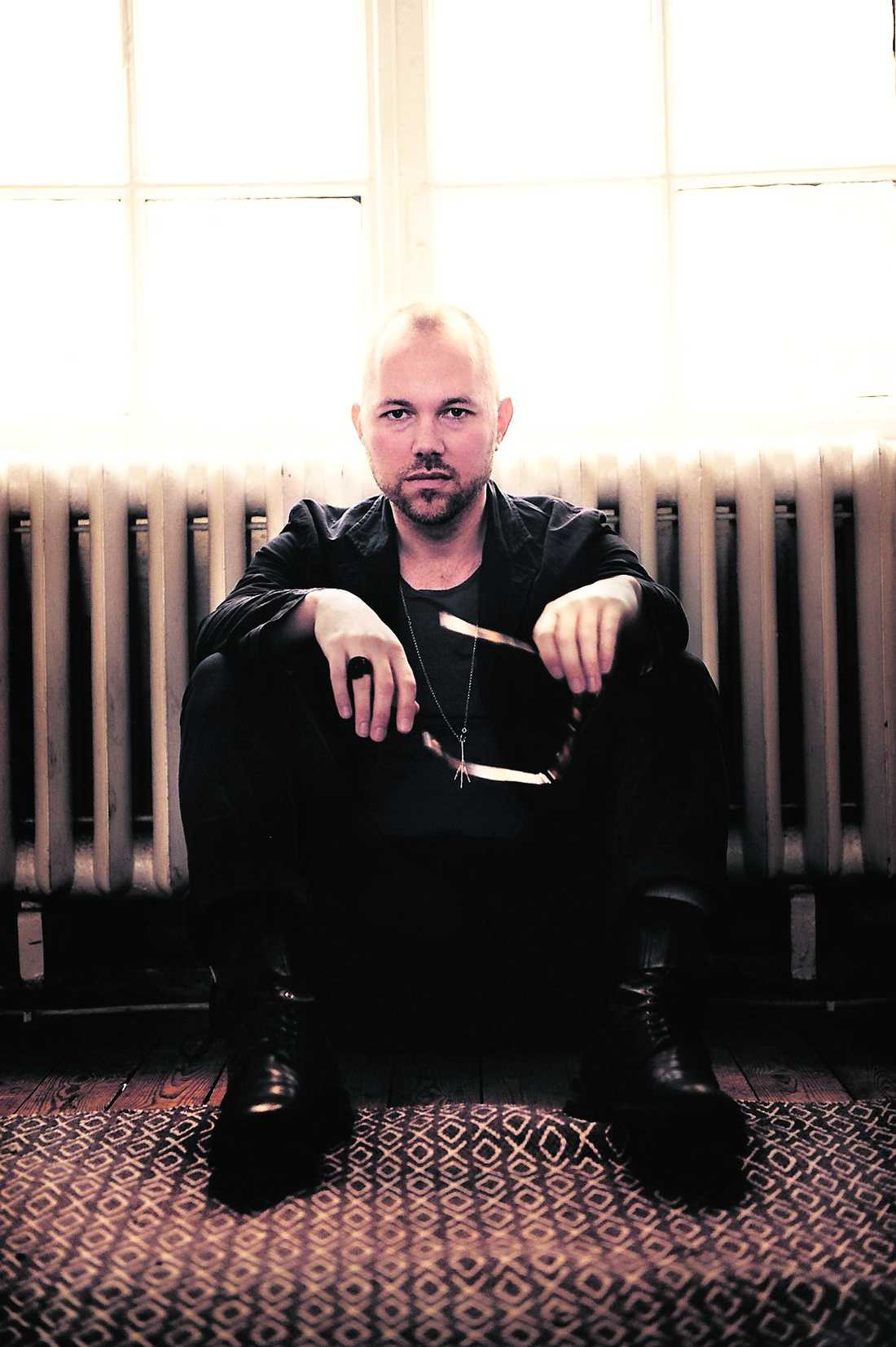 """""""Jag var trött på skivstudion. Så att göra en skiva som är lite mer lo-fi var underbart och att dessutom få göra det i den här lokalen som jag känner mig helt avslappnad i. Jag kunde ligga i min egen soffa och sjunga"""", säger Tomas Andersson Wij."""