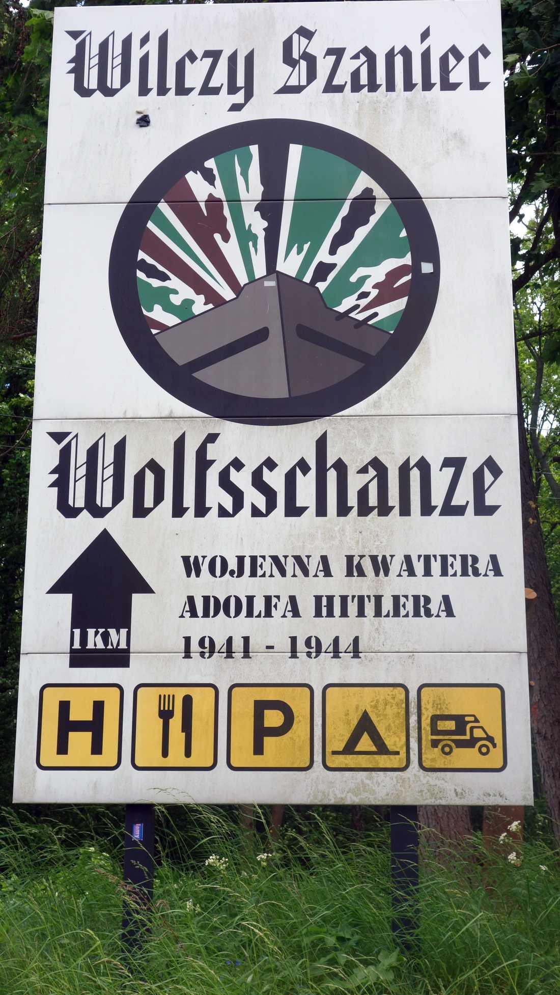 Strax bakom skylten finner man ruinerna från Hitlertysklands bunkerkomplex Wolfensschanze.