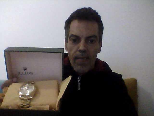 Ghassem Maklouf visar upp en liknande klocka som han uppger är en förfalskning.